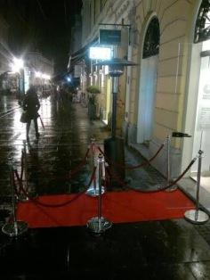 Crveni tepih i stubići ispred Gete instituta u Knez Mihajlovoj ulici